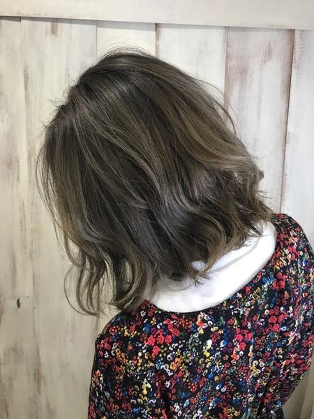 色が抜けて金色のパサパサに。。【シルバーカラー】で透け感抜群のまとまりヘアへ♪