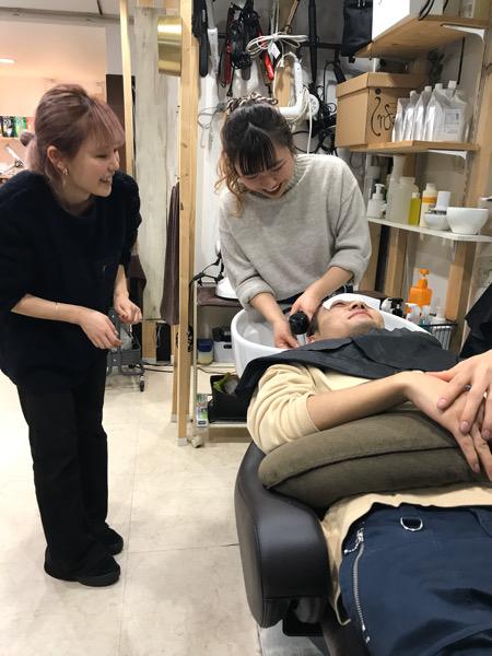 今年入社の新卒の子がシャンプー練習をしに来てくれました。原宿・表参道『1000人をツヤ髪にヘアケア美容師の挑戦』