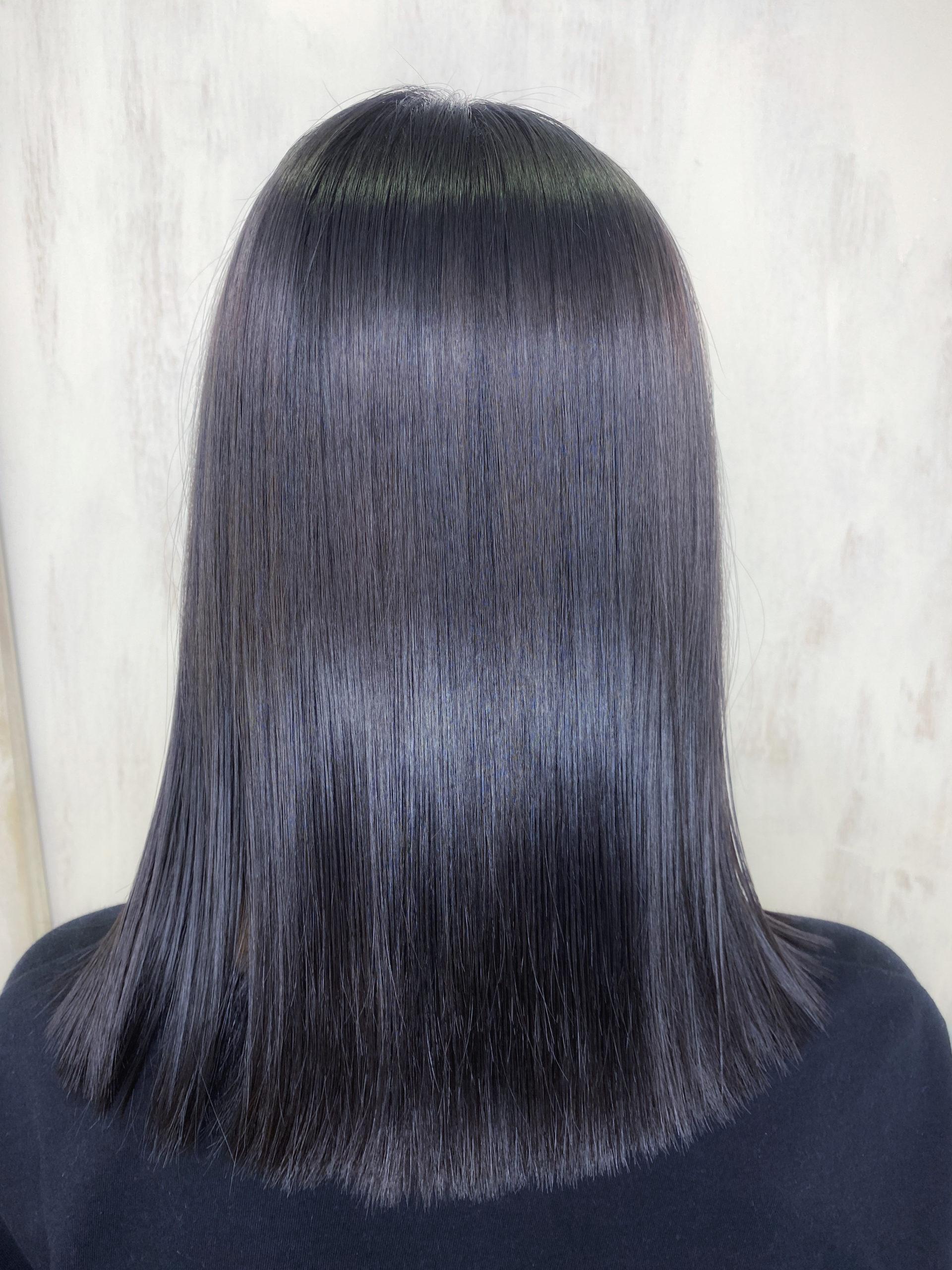 パーマをしている方をジュエリーシステムシリーズ×縮毛矯正で艶髪ストレートヘア。原宿・表参道『髪のお悩みを解決するヘアケア美容師の挑戦』