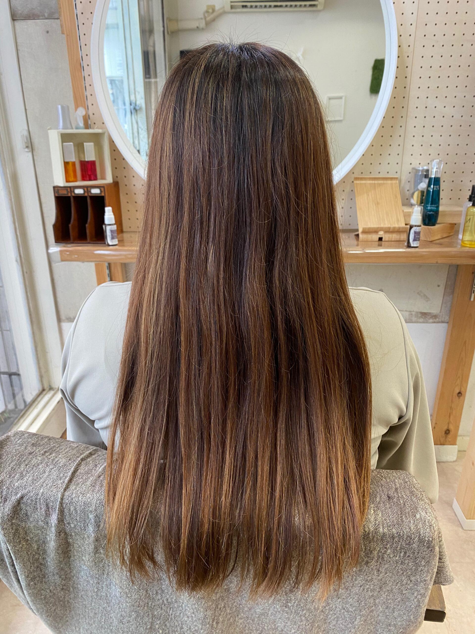 ハイライトカラーとブリーチをしている髪を縮毛矯正で艶髪ストレートヘア。