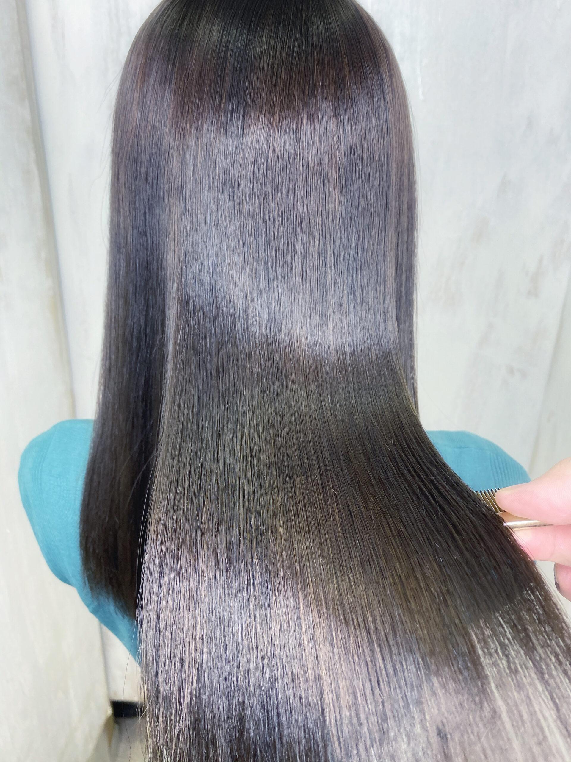 縮毛矯正履歴とハイライトカラーが入っている方を艶髪ストレートヘア。