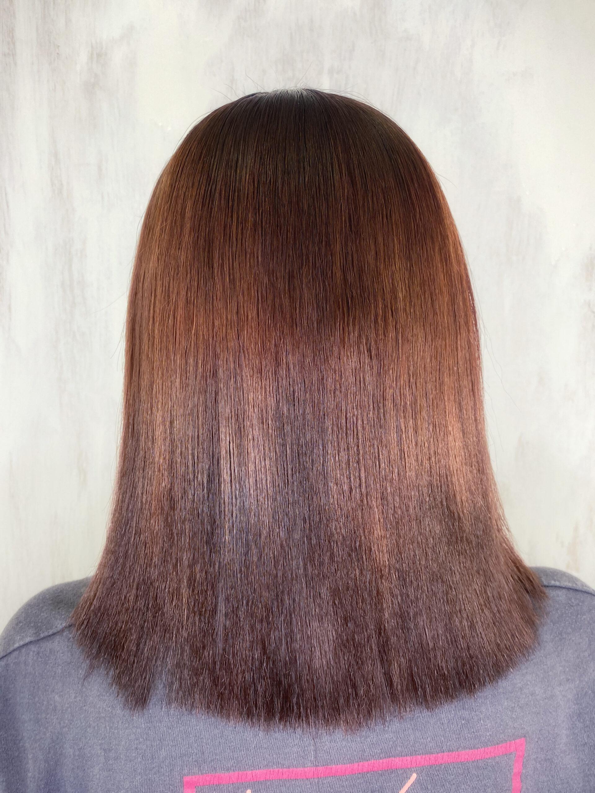 ビビリ矯正で髪の収拾が効かなくなってしまった方を艶髪ストレートヘア。