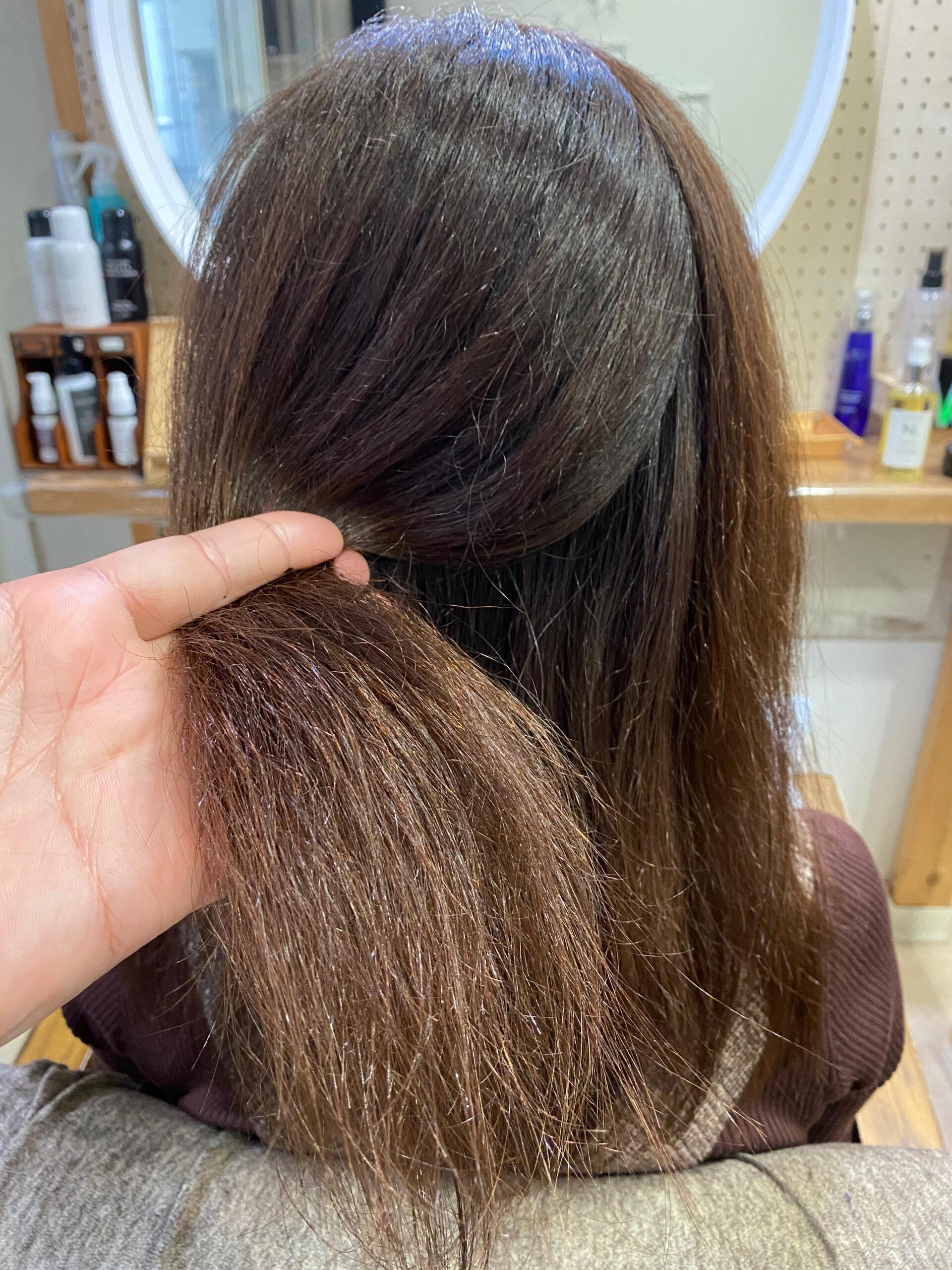 ビビリ矯正でパサつきと髪のチリつきが気になる方を艶髪ストレートヘア。